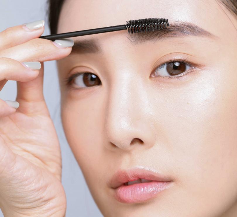 1順眉流:先用眉刷將眉毛毛流刷整齊,順一下雜亂眉,確定有根根分明才開始畫眉毛。(圖/戴世平攝)
