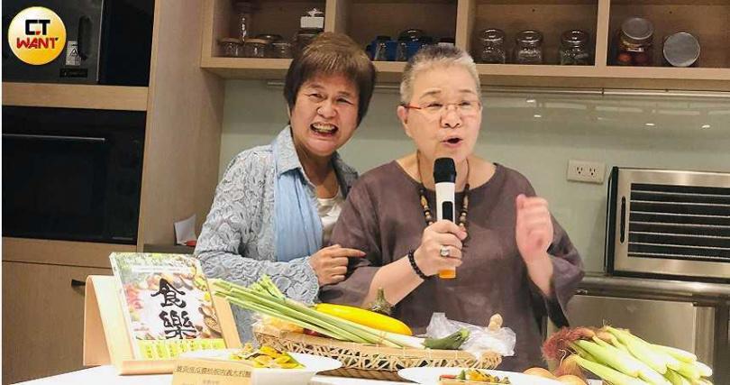 喻碧芳(左)邀請好朋友胡天蘭老師為新餐廳站台。(圖/余玫鈴攝)