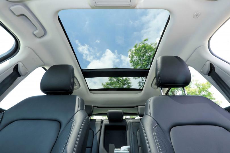 搭配全景式電動天窗的NEW KUGA EcoBoost 180旗艦型,讓人感到療癒。(圖/王永泰攝)