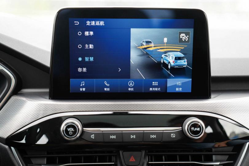中控台標配8吋懸浮式全彩觸控螢幕,支援Apple CarPlay及Android Auto系統。(圖/福特六和提供)