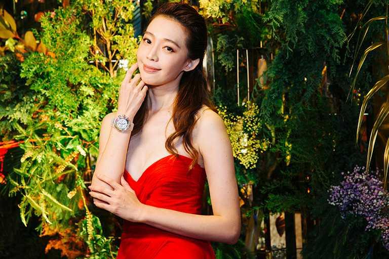 名模王心恬,展演高級製錶品牌HUBLOT「BIG BANG UNICO」藍寶石彩虹腕錶。(圖╱台北101提供)