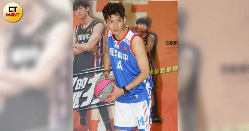 吳念軒為了活動練習花式籃球。(圖/林勝發攝)