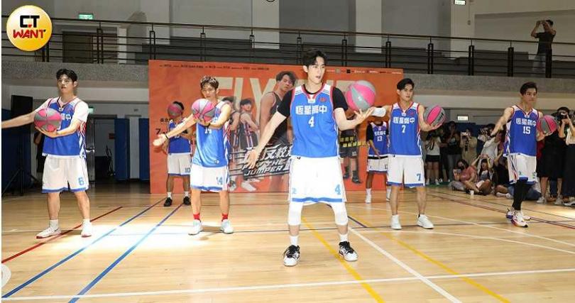 劇中隊長范姜帶隊員們表演花式籃球。(圖/林勝發攝)