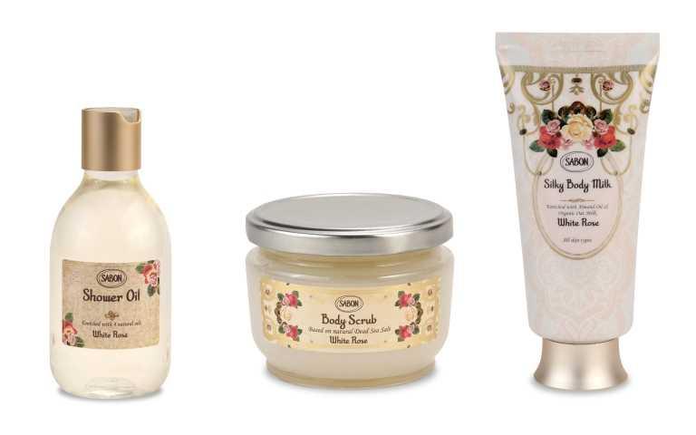 Step1:清潔身體必備沐浴油。SABON白玫瑰沐浴油300ml/980元。Step2:為身體磨去多餘角質,呈現肌膚最完美的樣貌。SABON白玫瑰身體磨砂膏320g/1,480元。最後擦上玫瑰香的身體乳。SABON白玫瑰絲綢身體乳液200ml/1,380元(圖/品牌提供)