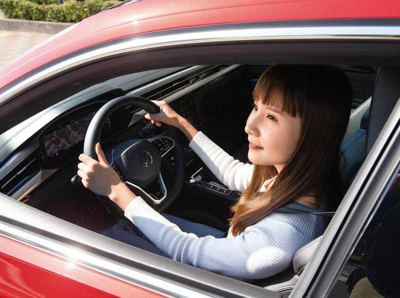 配置R-Line專屬運動化三幅方向盤,合理的盤徑尺寸,即使是女生也能輕鬆駕馭。(圖/黃耀徵攝)