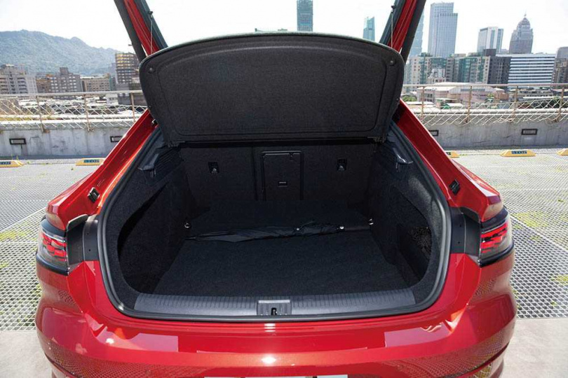 行李箱容量高達563公升,在後座倒平時,更提升為1,557公升。(圖/黃耀徵攝)