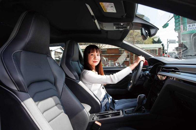 R-Line車型配置Nappa碳纖維紋真皮跑車座椅,激烈操駕時能將駕駛安全地包覆在座位中。(圖/黃耀徵攝)