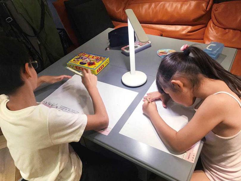 高山峰的一雙兒女感情很好,哥哥恩恩在做功課畫圖的時候,妹妹小花也會在一旁跟著畫。(圖/高山峰提供)