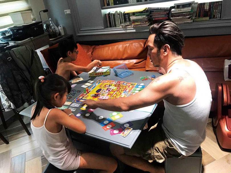 因為和小孩玩大富翁玩得太激烈,高山峰笑說快要玩出「麒麟臂」了。(圖/高山峰提供)