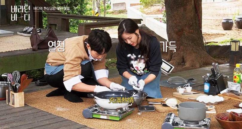 李智雅演了一年的貴婦,難得換上圍裙和溫流一起坐在地上刷鮑魚,展現居家的一面。(圖/愛奇藝國際站提供)
