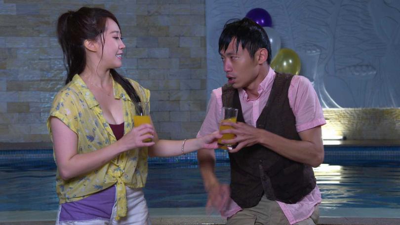 在《黃金歲月》登場就露事業線,黃露瑤也能有性感的一面。(圖/民視提供)