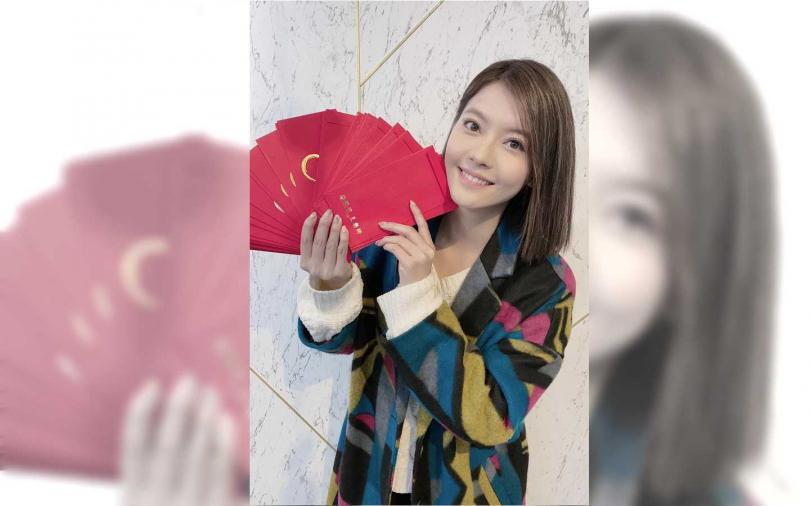 王樂妍開工狂灑自製的「幸福鼠於你」紅包。(圖/故事工廠)