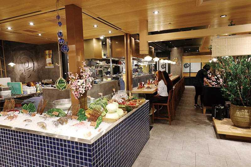 鳥丈爐端燒打造食材鮮貨區,將澎湖現撈漁獲及產地直送的小農蔬菜呈現在客人眼前。(圖/于魯光)