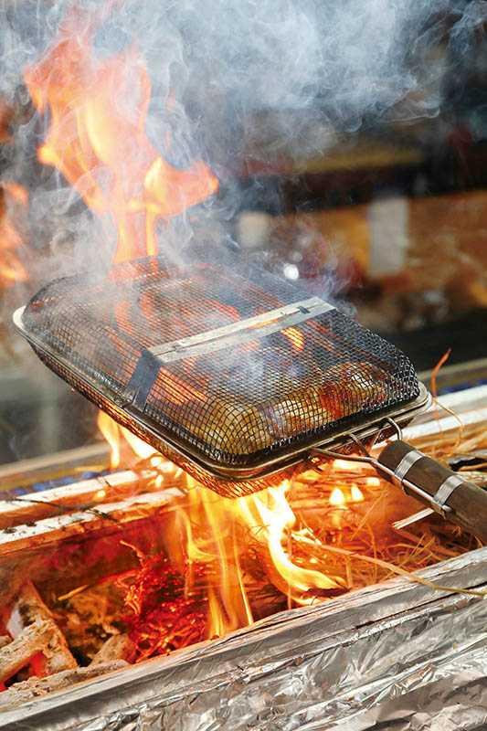 以雲林斗南的稻草燒熟的雞肉料理,一鼓作氣地將稻草香氣輕薄地附著雞肉表面。(圖/于魯光)
