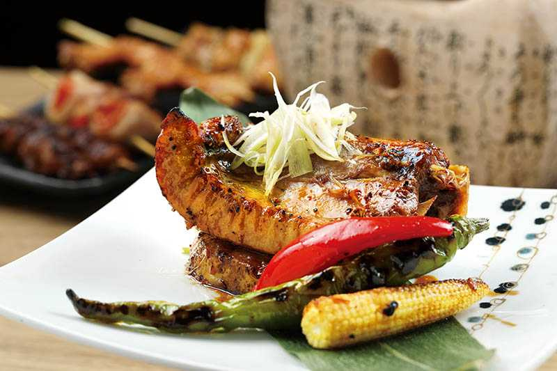 「烤大目鮪魚下巴」油花均勻細緻,抹上奶油、蒜味粉後烤熟,香到不行。(320元)(圖/于魯光)