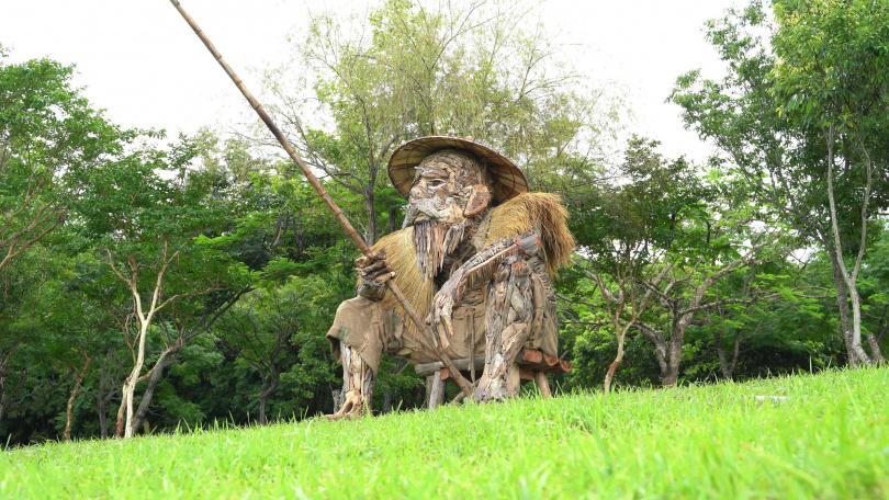 阿美族藝術家Talaluki志明以漂流木打造一位擁有歲月及智慧、坐在池邊垂釣的老人《何時》。(圖/水保局提供)