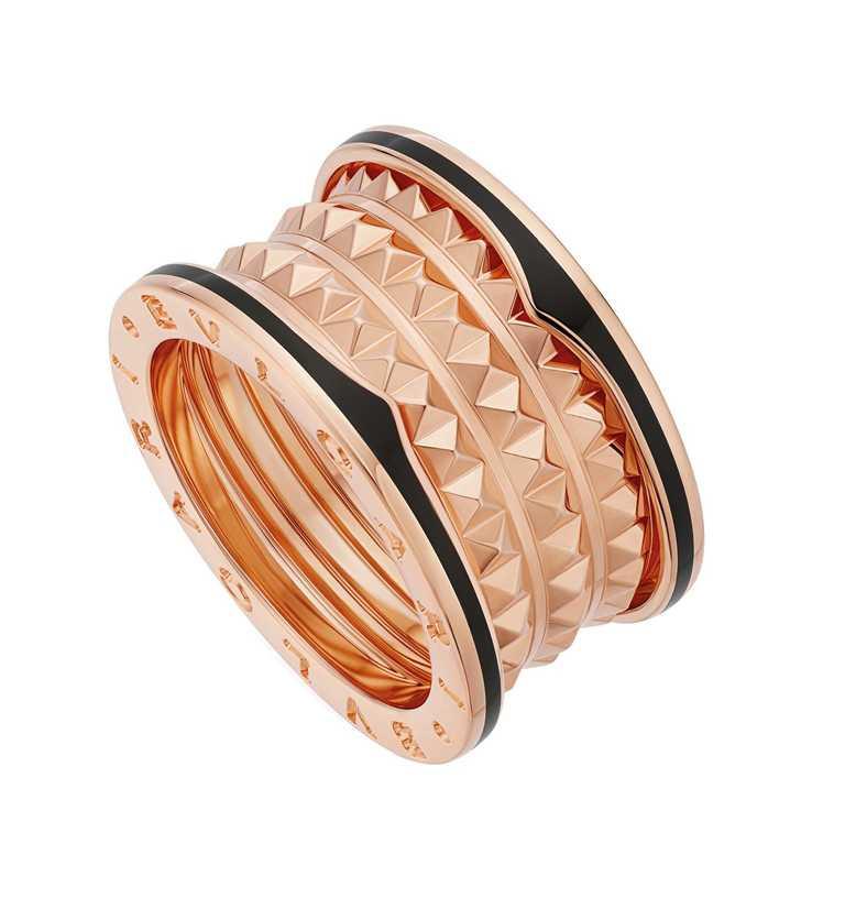 BVLGARI「B.zero1 Rock系列」玫瑰金黑陶瓷四環戒指╱69,400元。(圖╱BVLGARI提供)