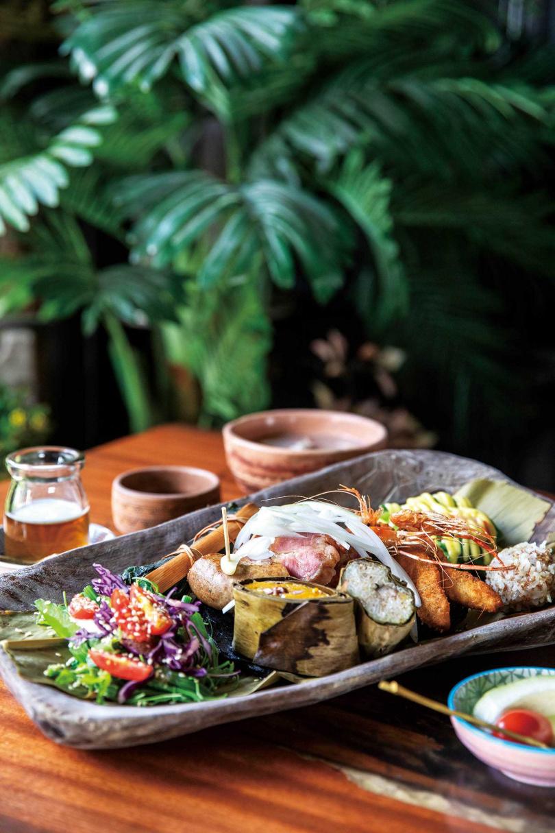「排灣風味餐」非常豐富,從溪蝦、吉拿富到烤肉一應俱全,分量足夠二人享用。(520元)(圖/宋岱融攝)