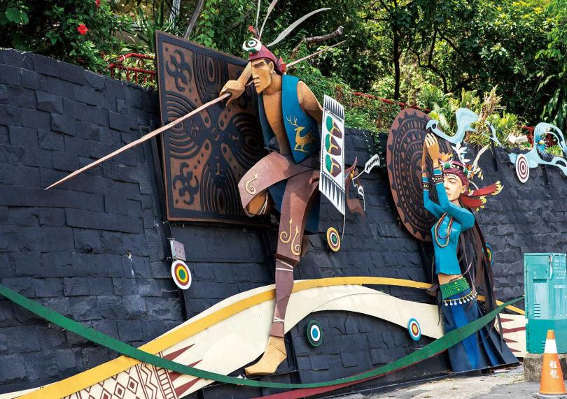 當眼前出現這座生動的原住民雕塑時,便知道三地門到了。(圖/宋岱融攝)