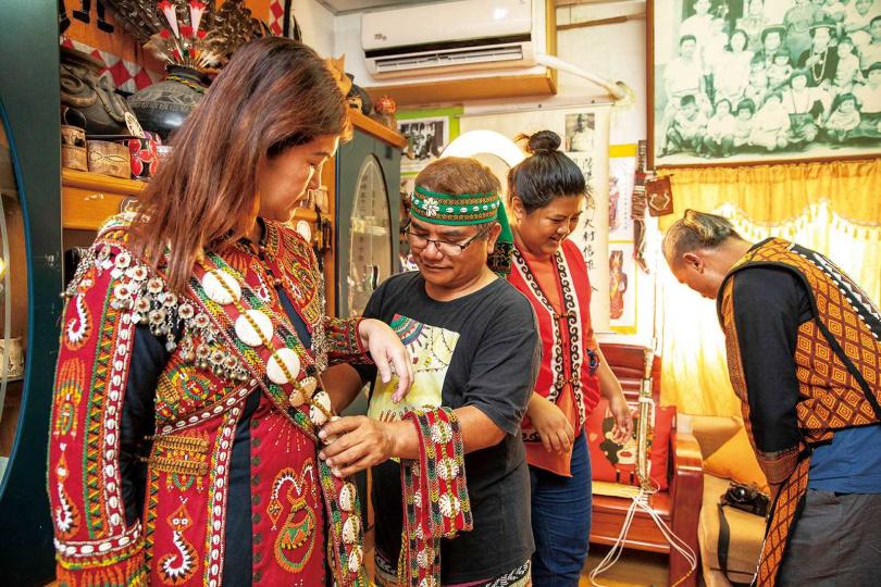 「安坡部落」提供遊客體驗的族服,都是貨真價實的骨董。(圖/宋岱融攝)