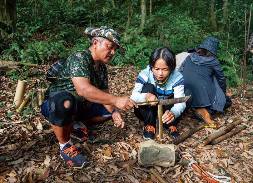 遊客在授課教師指導下,學習如何劈竹絲。(圖/宋岱融攝)