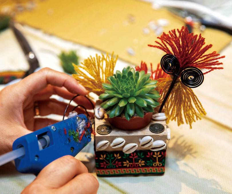 藝術盆栽DIY提供排灣族的各種傳統裝飾品,遊客可發揮創意在植栽盆外圍黏貼。(250元/人)(圖/宋岱融攝)