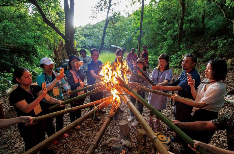 參加童玩課的遊客,自行完成火把後點火圍圈,在族人帶領下進行簡單的祈福儀式。(圖/宋岱融攝)