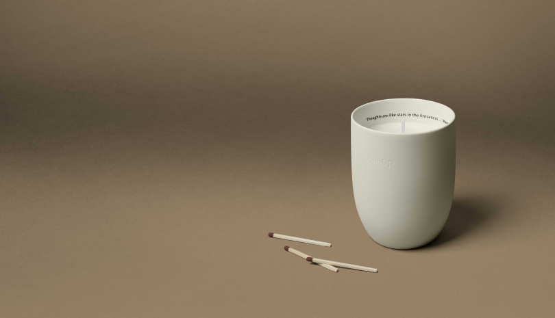 Aesop「阿加尼斯」香氣蠟燭:充滿了辛香、花朵氣息,清新明亮的金合歡花香,揉合了溫暖辛香的小荳蔻及煙草。(圖/品牌提供)