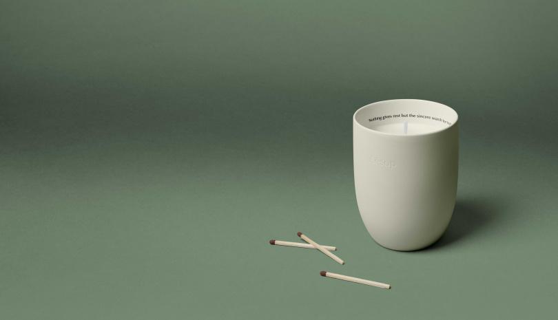 Aesop「卡里波斯」香氣蠟燭:為木質深綠香調;有豐潤的乳香及大地氣息的香根草。(圖/品牌提供)