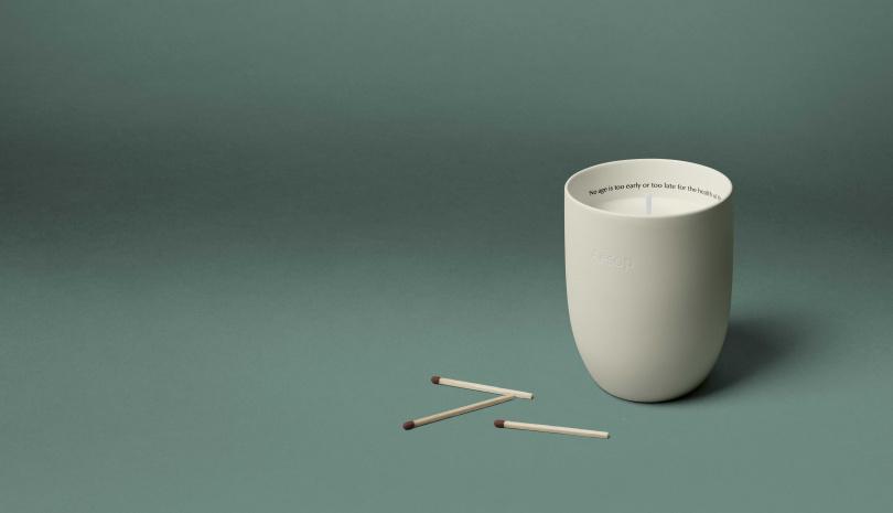 Aesop托勒密Ptolemy香氣蠟燭:以樹脂、大地香氣為主題。蘊含柏樹、雪松、岩蘭草,散發持久的煙燻香調。(圖/品牌提供)