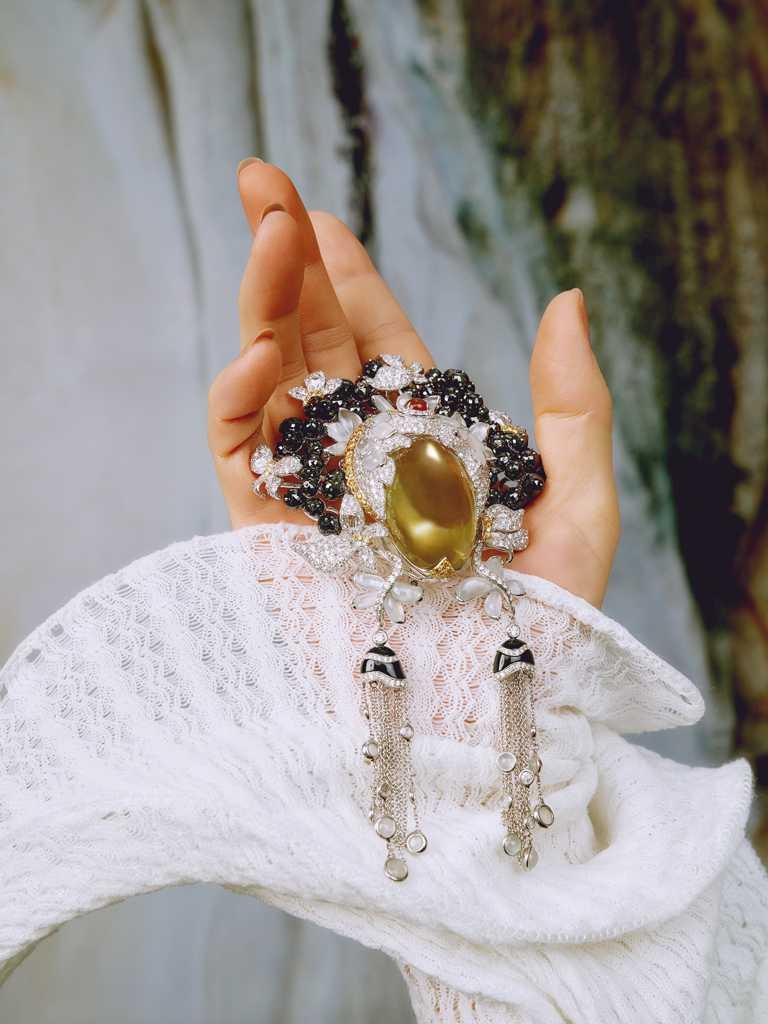 JHENG JEWELLERY「眾生臉譜」系列,「黑鑽冰翡水晶」臉譜墜飾,白金鑲嵌檸檬水晶、冰翡、黃色翡翠、黃鑽石、玫瑰梨型鑽石、玫瑰車工鑽石及白鑽石╱2,255,000元。(圖╱JHENG提供)