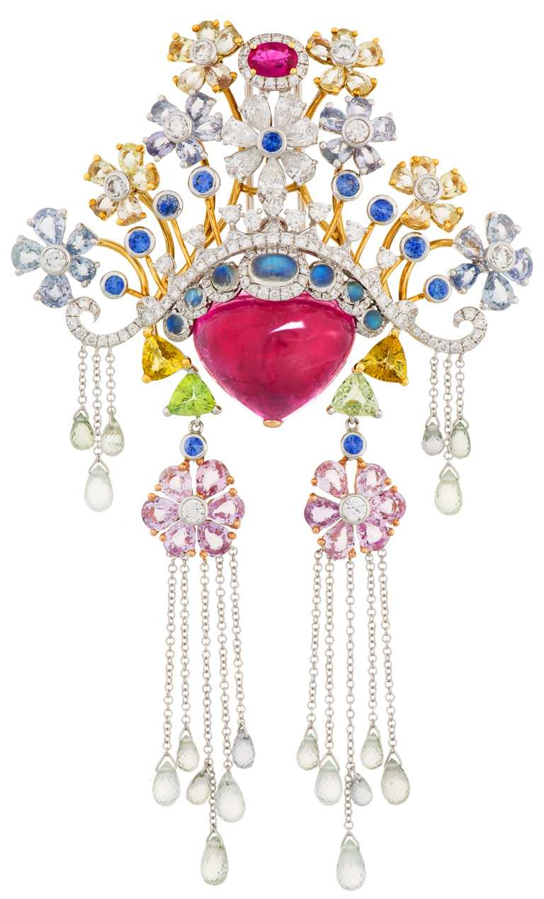JHENG JEWELLERY「眾生臉譜」系列,「彩色剛玉碧璽」臉譜墜飾,白金鑲嵌碧璽、紅寶石、彩色鋼玉、剛玉、月光石、藍寶石、梨型鑽石及白鑽石╱1,078,000元。(圖╱JHENG提供)