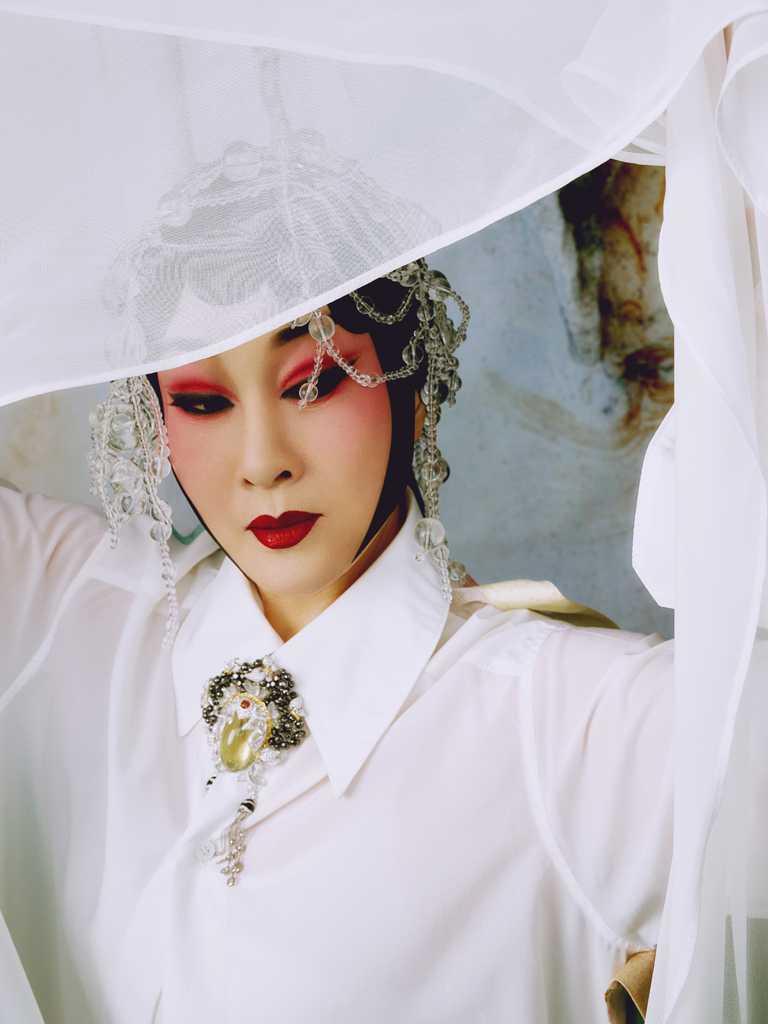珠寶藝術JHENG與梅派名伶魏海敏跨界合作,釋出首波絕美形象。(圖╱JHENG提供)