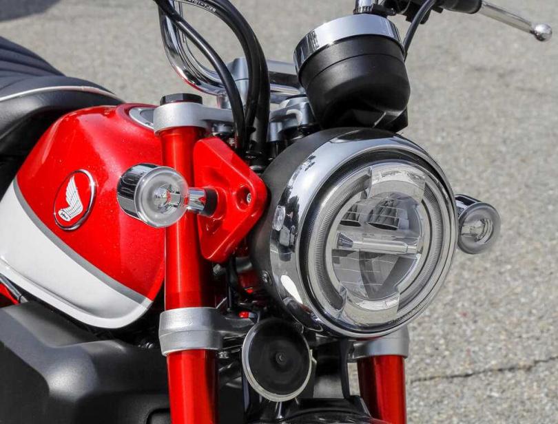 LED頭燈提供良好照明且具有現代感。