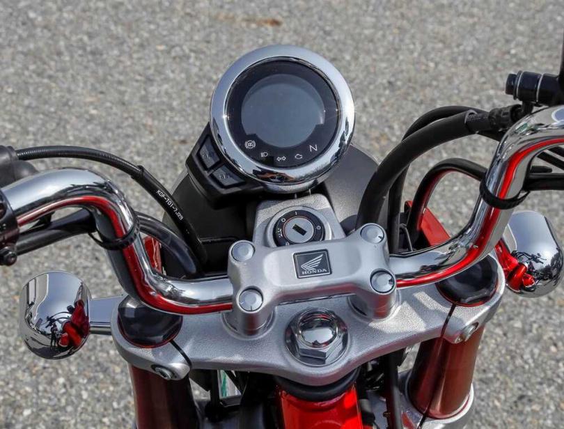 復古車型必備的砲彈儀表並採用液晶顯示。