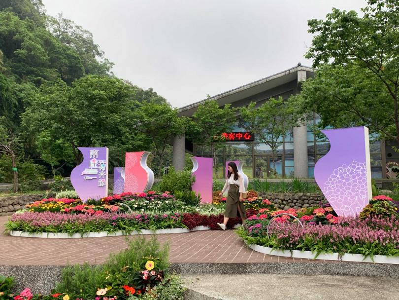 南庄遊客中心的作品「花想彩現」。(圖/官其蓁攝)