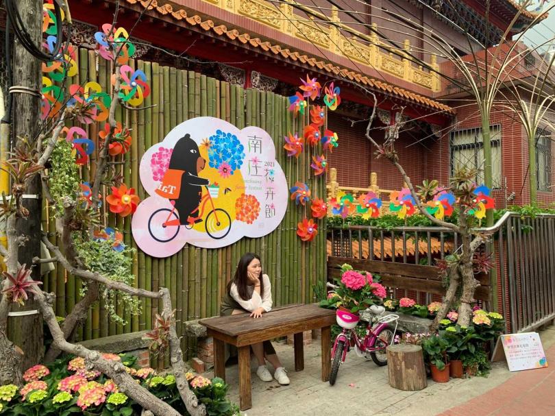 南庄老街上沿著情人巷走進,沿途可見「與竹共舞花道間」作品。(圖/官其蓁攝)