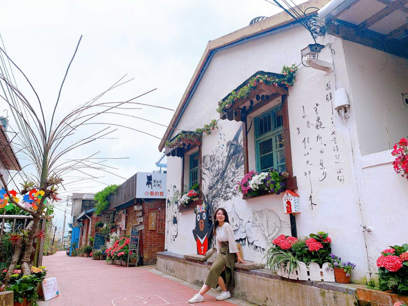 情人巷不少花卉布景及彩繪牆面,讓不少民眾駐足拍照。(圖/官其蓁攝)