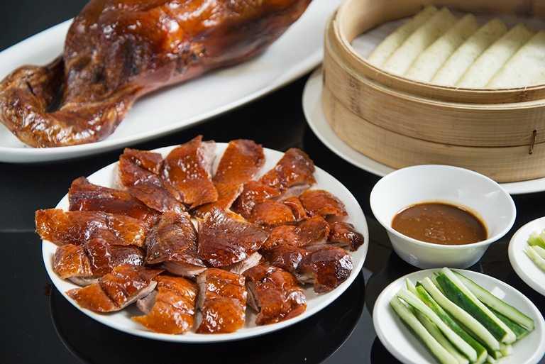 台南晶英酒店晶英軒「極品櫻桃烤鴨兩吃」,坐穩在地人推薦之烤鴨排行榜冠軍寶座,只要1,580元就將經典料理帶回家。