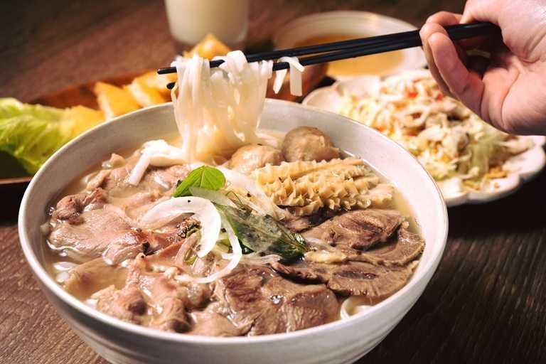 「越亮」必吃招牌料理-手沖生牛肉河,目前全品項外帶只要68折。