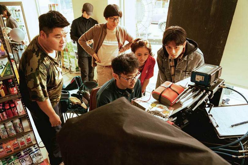 賣座導演程偉豪拍攝影集,腦洞大開的情節,讓演員們放肆演出。(圖/金盞花大影業提供)