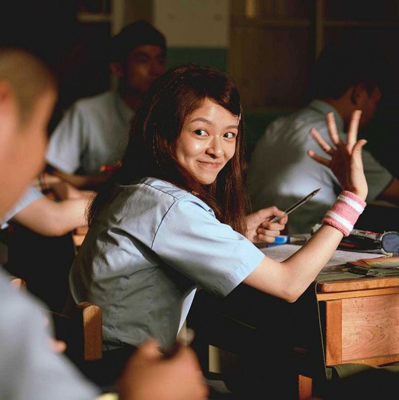 陳姸霏劇中異性緣破表,青春可愛模樣相當討喜。(圖/金盞花大影業提供)