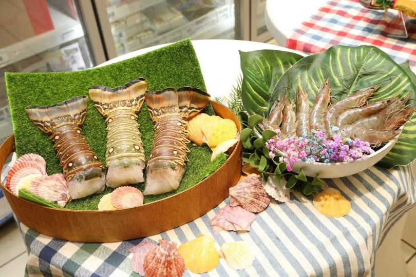 「尼加拉瓜海鮮組」包含龍蝦身與白蝦,龍蝦殼薄且蝦肉飽滿,白蝦捕撈後急速冷凍,鎖住肉質風味。(2,029元,圖/家樂福提供)