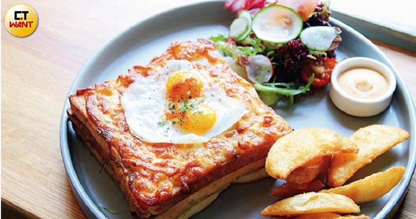 自製培根搭上松露白醬及鵪鶉蛋的「公雞先生」,是店內的人氣餐點。(圖/官其蓁攝)