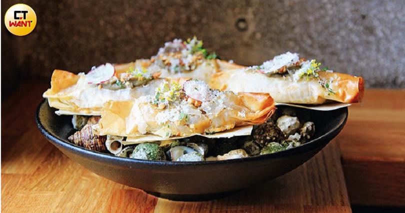 中西合併的創意餐點「酥烤珠螺奶醬捲」,有著豐富多變的口感。(圖/官其蓁攝)
