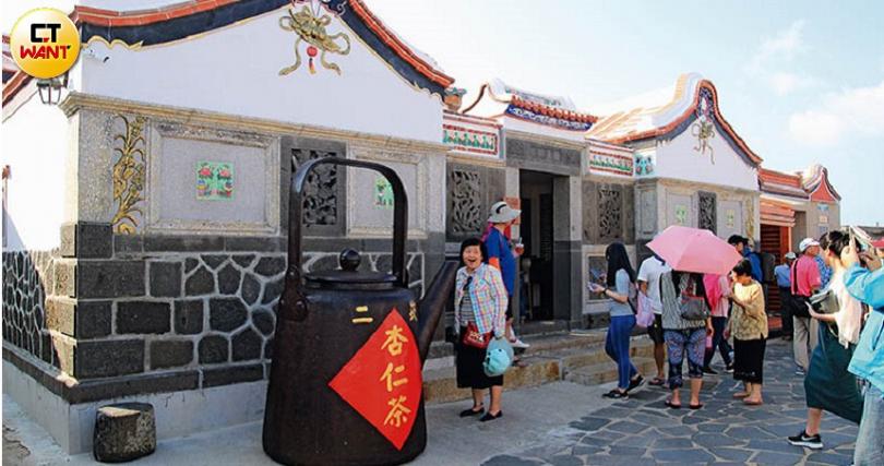 「二崁聚落」的中藥坊現在轉行成杏仁茶專賣店,散發的香氣又再吸引客人上門喝一杯。(圖/官其蓁攝)