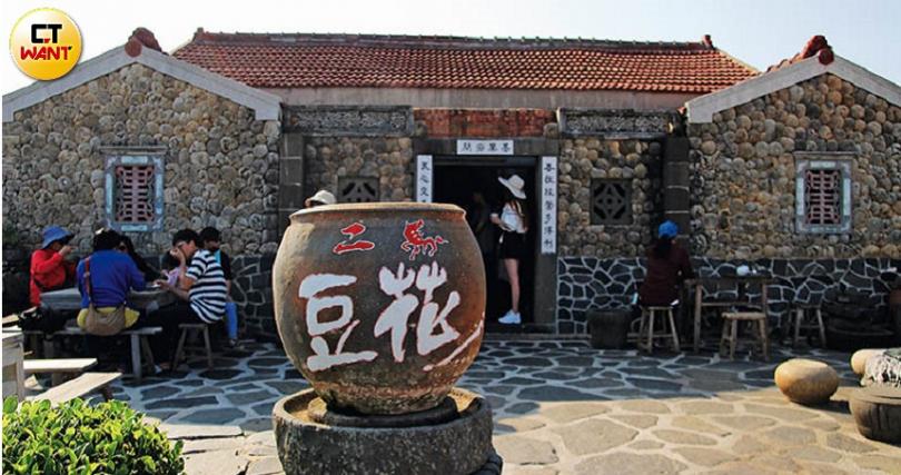 硓𥑮石古厝前的大水甕,就是「二馬豆花」的招牌。(圖/官其蓁攝)