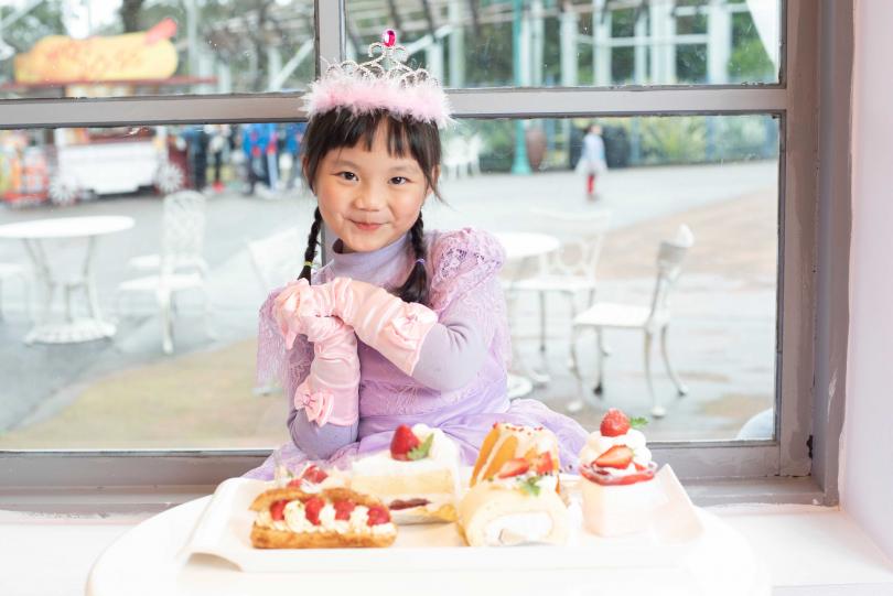 小朋友參加「夢幻變裝間」,由造型師打扮成萌萌公主。(圖/六福村提供)