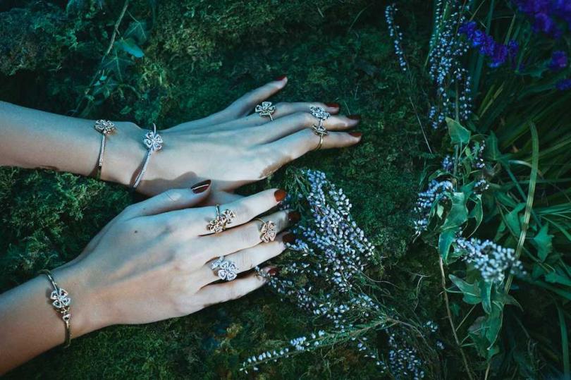 BVLGARI全新限量「Fiorever系列」玫瑰金雙花戒指╱139,400元;白K金鑽戒╱307,400元;白K金鑽石手鐲╱697,000元(圖片提供╱BVLGARI)