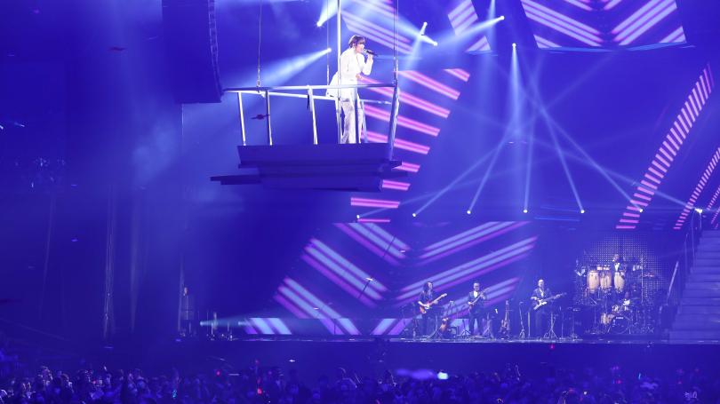 換上勁白褲裝化身的「飛行歌姬」A-Lin,登上三層樓高演唱〈一直走〉。